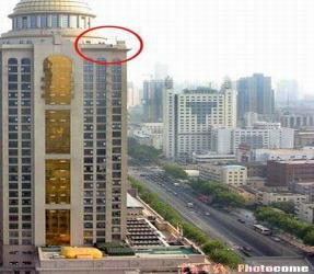 组图:南京一女子欲跳30层大厦轻生被成功解救