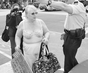澳大利亚老人脱衣抗议退休金