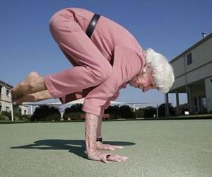 83岁老太练瑜伽身轻如燕