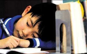 调查称近五成中小学生缺觉