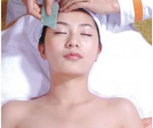 刮痧亦可辅助治疗突发中暑